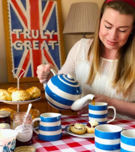 """""""Место женщины - дома"""". Британские девушки хотят быть традиционными жёнами, и это новый тренд"""