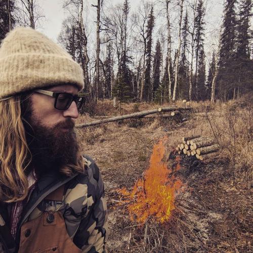 Мужчина пропал и выживал в ледяном лесу. Но когда казалось, что уже поздно, он спас себя благодаря смекалке