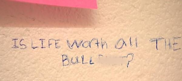 Грустный вандал испортил стену в школе, но педагог не стала его наказывать. Зато дала ребёнку тонну поддержки