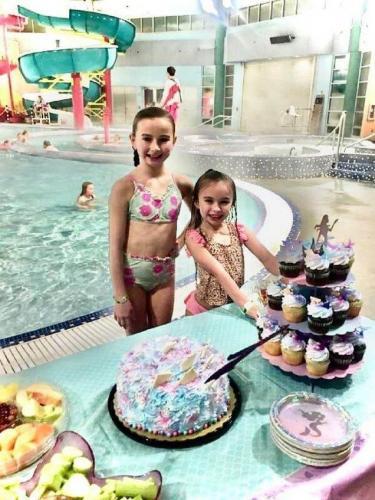 Женщина с дочкой пошла за тортом и получила его даром. Помогла незнакомка, но радости от такого презента мало