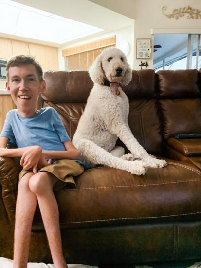 Парень весит меньше, чем его щенок, но люди за него рады. Ведь он нашёл лекарство, которое поможет с этим жить