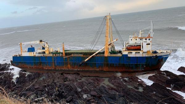 Шторм прибил к берегу корабль-призрак, который дрейфовал по океану 2 года. Но упс, люди не верят в мистику