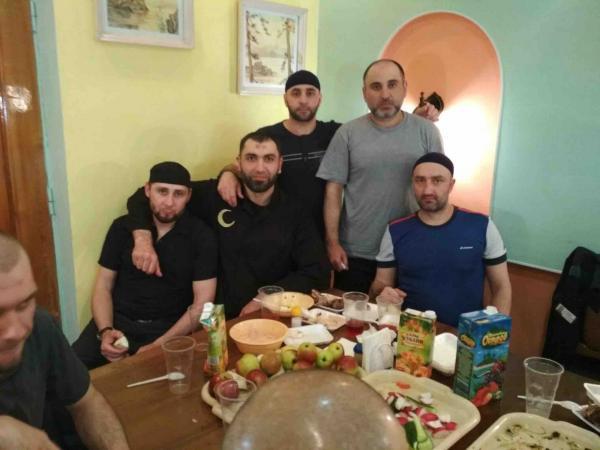 Дмитрий Песков удивился, откуда у журналистов фото с тюремного застолья. И похоже, открыл для себя интернет