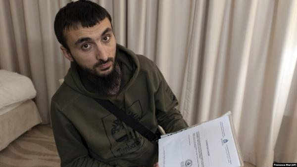 Блогер Тумсо Абдурахманов отбился от нападения молотком. На видео незнакомец говорит, что прислан из Чечни