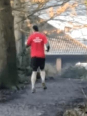 Мужчина пробегает серьёзные дистанции задом наперёд. И это не чудо монтажа, а способ борьбы с Паркинсоном