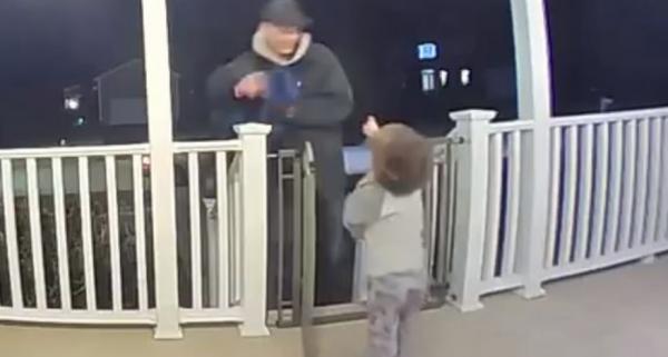 Двухлетний малыш обнял незнакомца-доставщика и выбрал нужный момент. Поступок пустяк, а изменил целую жизнь