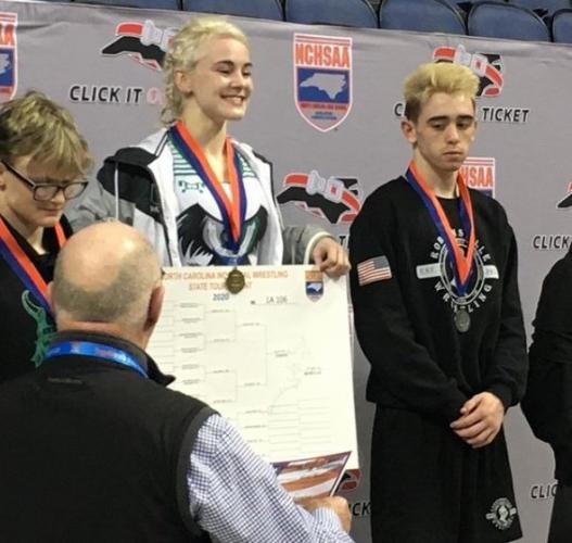 Девушка-борец стала чемпионкой штата, уложив на лопатки парней. И лица проигравших юношей достойны мемов