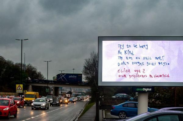 Кроха написала маме записку, а та превратила её в билборд. Потому что это (важное) послание всему человечеству