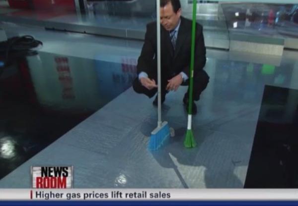 Люди возродили челлендж с мётлами, ломающий законы физики. Рэпер Future в нём ас, а вот Кейлани не повезло