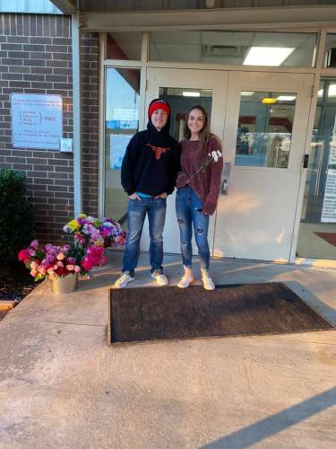 Подросток принёс по цветку каждой ученице школы. Но благодарить они должны его маму, и далеко не за воспитание