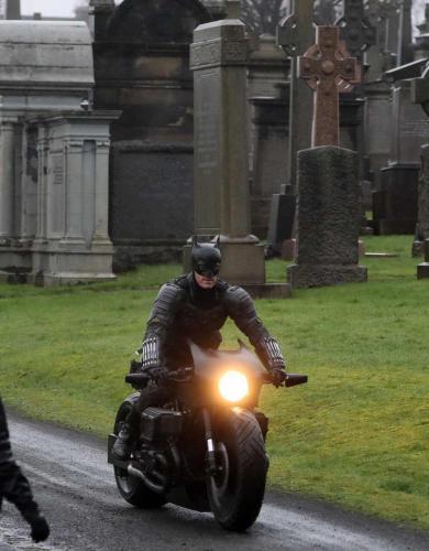 Бэтмен с Паттинсоном ещё не вышел, а уже упал в прокате. Во всём виноваты дублёр, хоккейные накладки и погода