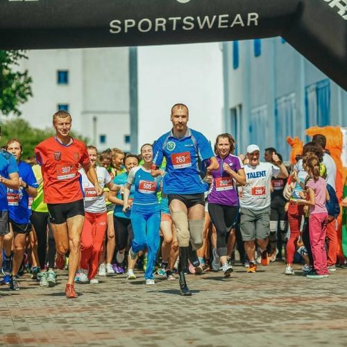 В Екатеринбурге появился самый необычный и быстрый курьер. Это чемпион по паратриатлону, достойный Олимпиады