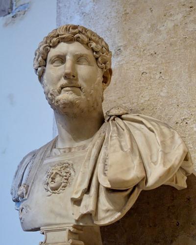 """""""Мой друг - император Адриан"""". Мужчина показал людям забавное фото со статуей и получил взамен шедевр фотошопа"""