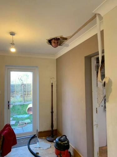 Женщина затеяла уборку, а муж как сквозь потолок провалился. Это не шутка, и жена вне себя от такого провала