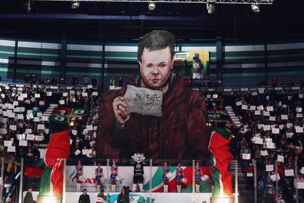 """Болельщик пришёл на матч """"Ак Барса"""" с крошечной бумажкой. Теперь он звезда перформанса - и Роналду отдыхает"""