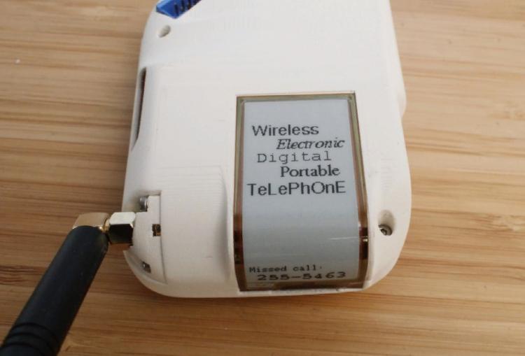 Женщина собрала себе идеальный телефон. Он вызывает ностальгию по 70-м, хоть и собран на 3Д-принтере