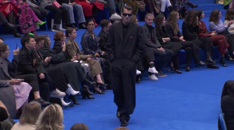 Balenciaga превзошли самих себя. Дом моды представил коллекцию в стиле постапокалиптичного выпуска новостей