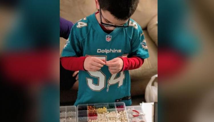 Мальчик продавал браслеты, чтобы покрыть долг всей школы. Но в Сети обсуждают не это, а несовершенство системы