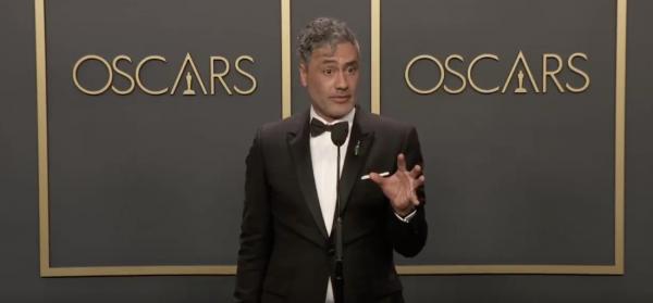 Тайка Вайтити взял «Оскар» за лучший адаптированный сценарий. Но именно из-за работы пожаловался на Apple
