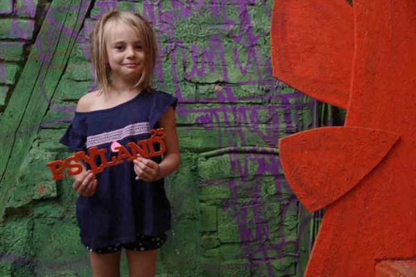 9-летняя девочка бьёт милые татухи. Всё началось 7 лет назад, а теперь у неё свой стол и постоянные клиенты