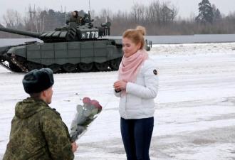 Букет роз, обручальное кольцо и 16 танков. Лейтенант так позвал девушку замуж, что она не смогла отказать