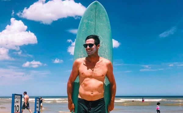 Cёрфер покорял волну и не знал, в какой опасности был. Под водой плавала стая акул, и её увидели лишь с высоты