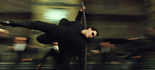 """В Сети появилось видео со съёмок эпичной сцены из """"Матрицы 4"""". У пользователей дежавю, ведь Нео вновь летает"""