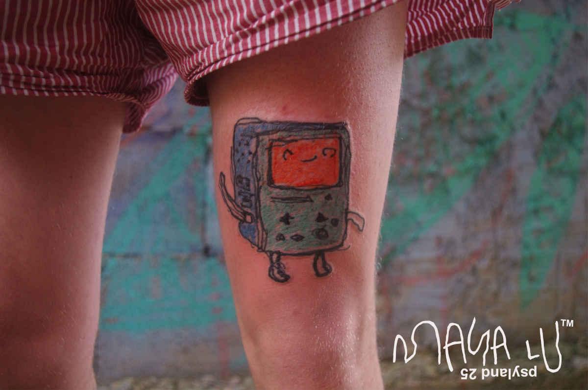 Девочка делает татуировки настолько плохо, что даже хорошо