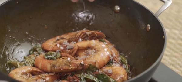 Фонд дикой природы показал, как готовить еду с тёртым пластиком. И это не безумие, а призыв к важной проблеме