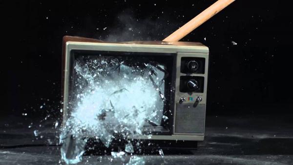 Парень пришёл домой и обнаружил разбитый телевизор. Вот что бывает, если не вовремя отвечаешь на СМС