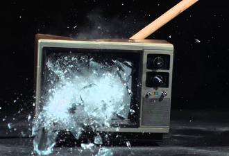 Парень пришёл домой и обнаружил разбитый телевизор. Вот что бывает, если не отвечаешь вовремя на СМС