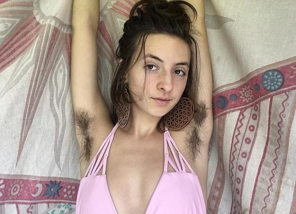 Девушка перестала удалять волосы на теле и получила массу хейта. Но браться за бритву она не спешит