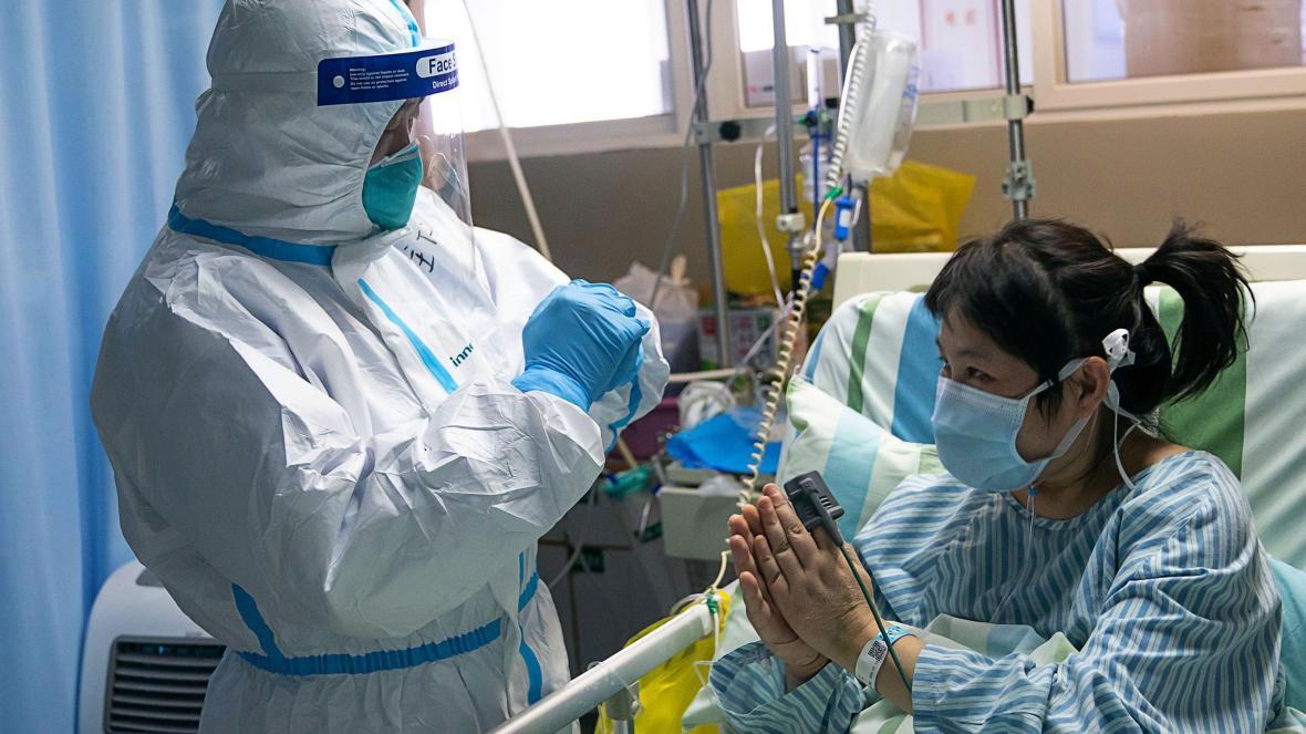 Количество умерших от коронавируса рекордно выросло в Китае.