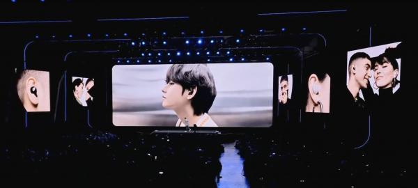 Samsung представила новые смартфоны, и фанаты BTS в восторге. Техника ни при чём, они увидели своего кумира