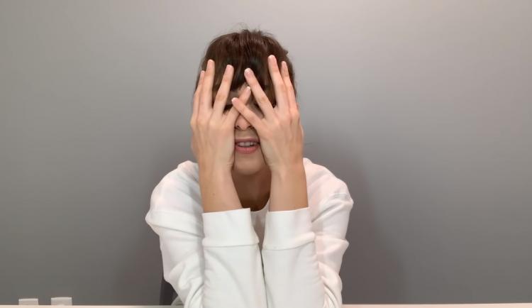 Вышло новое видео с Райли Рид. Девушка освоила разговорный жанр: внутри она жалуется на работу и одиночество