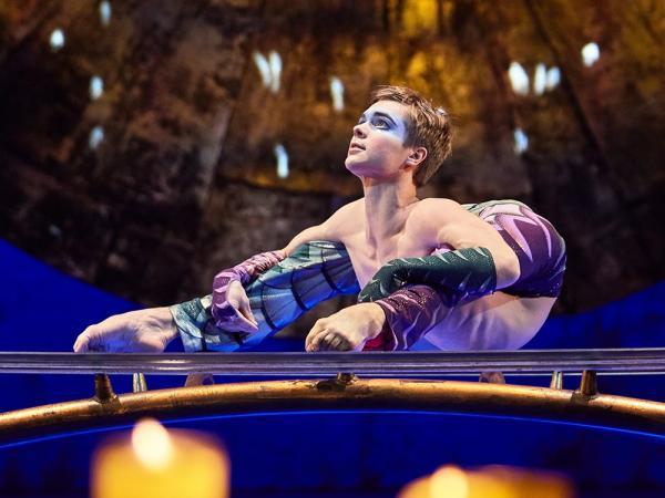 """Артист Cirque du Soleil показал на себе русские поговорки. """"Сесть на шею"""" ему удалось, но видео жутковатое"""