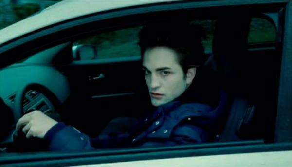 """""""Ты дочка Эдварда и Беллы"""". Девушка сфотографировалась со своей машиной, и люди уверены: она вампирша"""