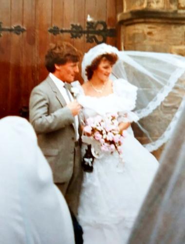Воры ранили дядю невесты ножом и украли её свадебные фото. Но спустя 35 лет история получила свой хэппи-энд