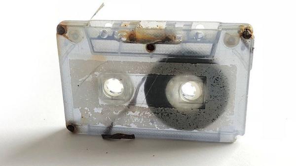 Девушка сотворила произведение искусства, потеряв в море старую аудиокассету. Надо было лишь подождать 25 лет