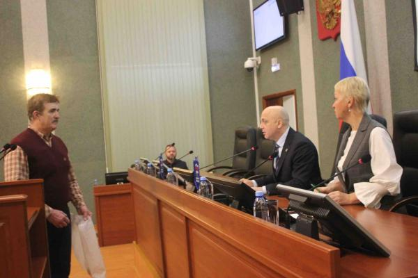 В Карелии бывший ФСБ-шник подарил местным депутатам туалетную бумагу. Так он вернул им свою надбавку к пенсии