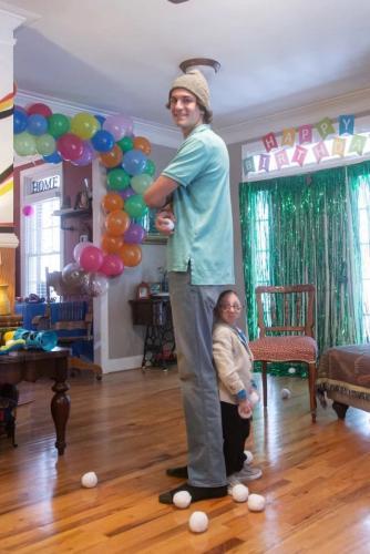 Парень сделал фото с братом, но вы не сразу поймёте кто старший. Всё усложняет 1,5-метровая разница в их росте