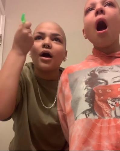 Девочка лишилась волос из-за болезни, но не унывает. Ведь сестра нашла способ поддержать её - и это милота