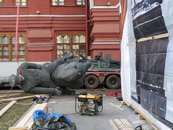 Возле Кремля один памятник Жукову вдруг сменился на другой. Власти не в курсе, а история похожа на детектив
