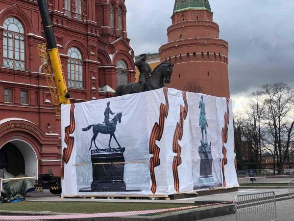 Возле Кремля один памятник Жукову вдруг сменился на другой. История похожа на детектив, но объяснение уже есть