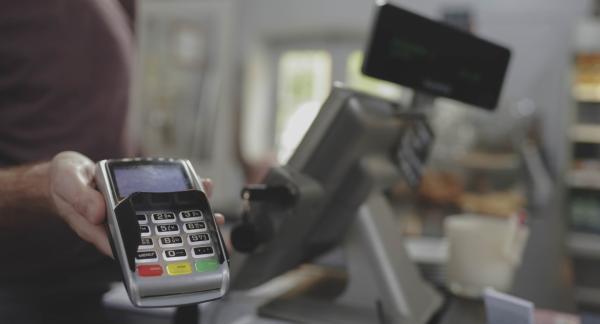 ЦБ ограничил выдачу наличных в банкоматах из-за COVID-19. Но магазины в Москве хитрят и отказываются от карт