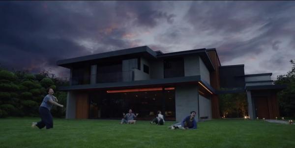 """Джей Ло показала видео с домом парня, и казалось бы, причём тут """"Паразиты"""". Но особняк - почти копия киношного"""
