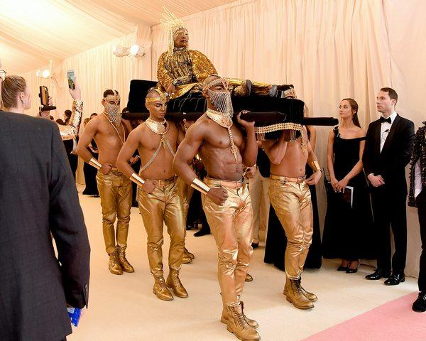 Билли Портер попросил фанов повторить его лук с Met Gala с подручными средствами. Мода вышла на грани фола