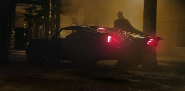 """Хейтеры нового """"Бэтмена"""" сочли бэтмобиль в фильме Ривза слишком простым. Но тру-фаны DC нашли как им возразить"""
