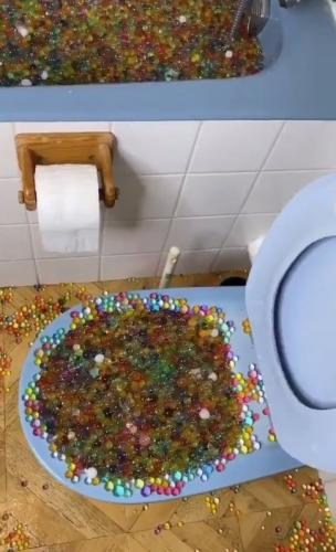 Блогер засыпал в ванну аквагрунт, но плохо учил физику, а зря. Последствия выгребал (буквально) весь район