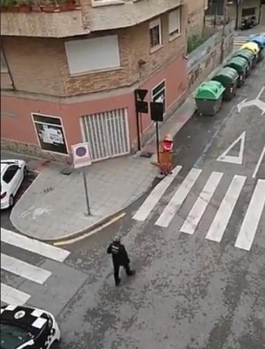 Помогает ли костюм динозавра от COVID-19. Испанские копы не трогают бродящего по городу Ти-Рекса, и неспроста